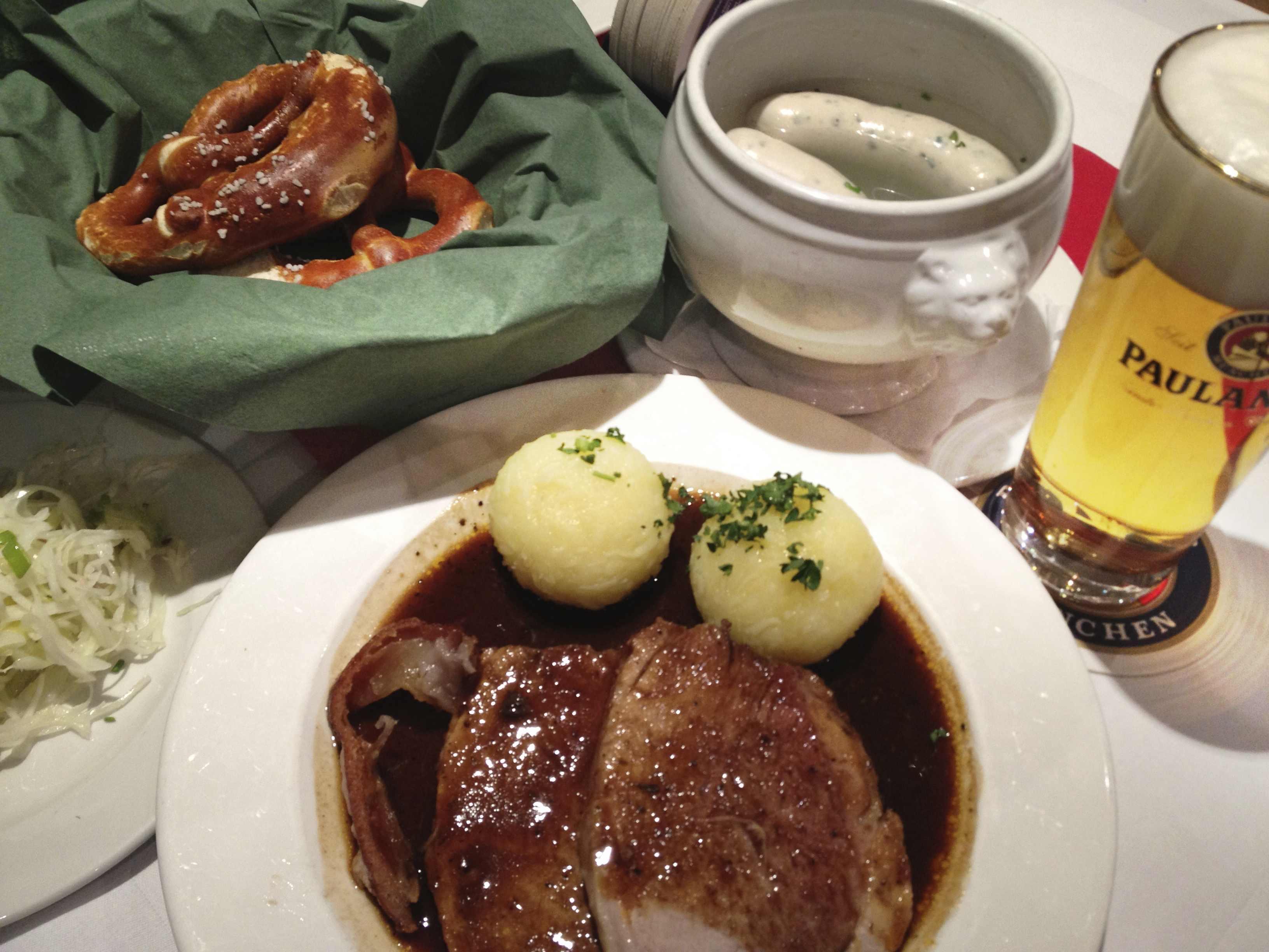 牛肉のローストと白ソーセージとプレッツェル(ドイツ料理)牛肉のローストと白ソーセージとプレッツェル(ドイツ料理)