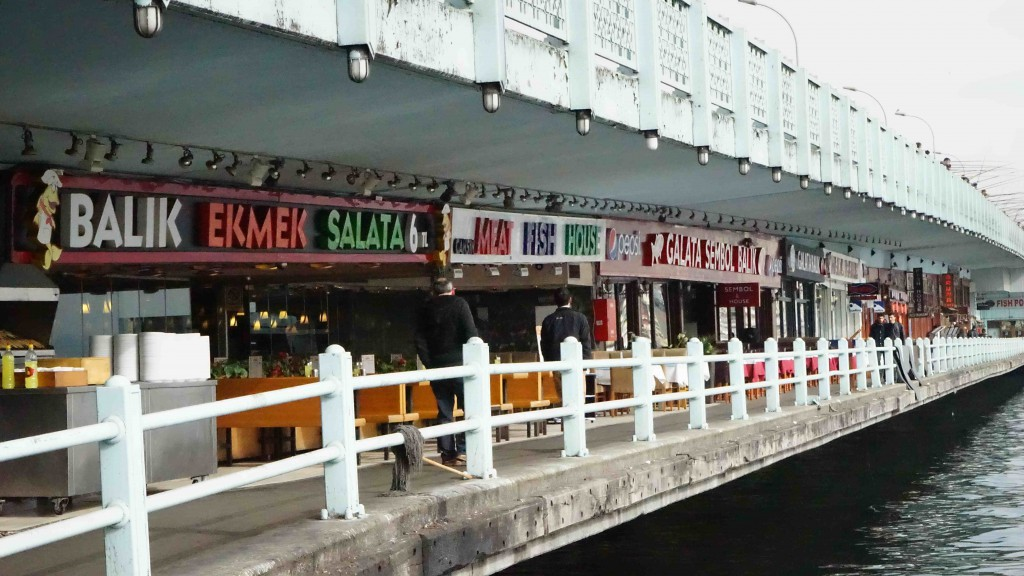 ガラタ橋の高架下レストラン