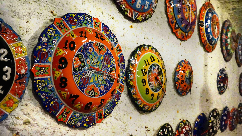 カラフルな時計(トルコの伝統的な陶器)