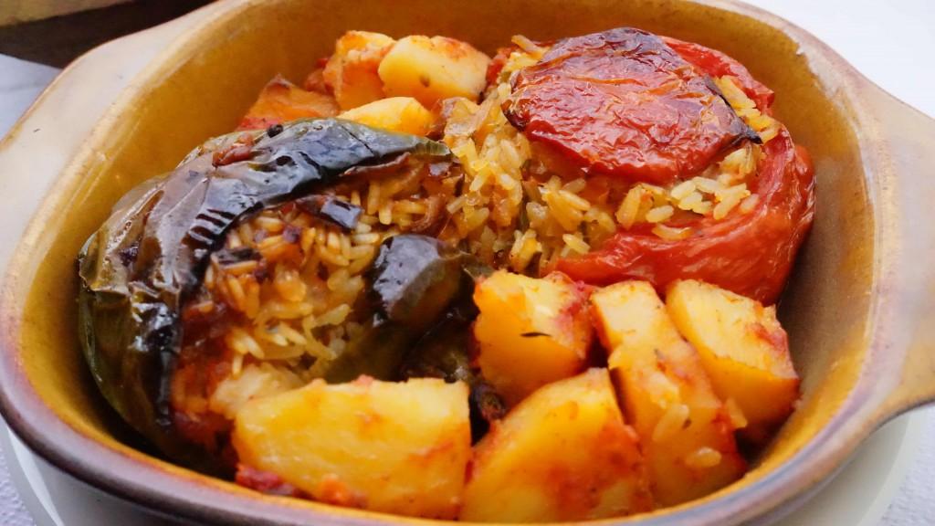 トマトとパプリカのお米詰め(ギリシャ料理)