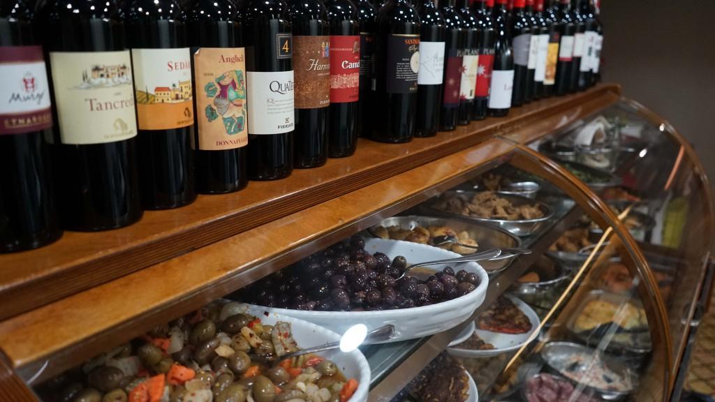 ワインと前菜(カターニア・レストラン)