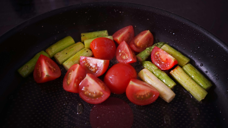 トマトとアスパラを炒める(ジェノベーゼパスタ)