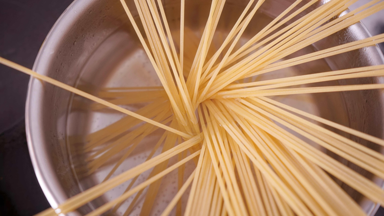 スパゲッティを茹でる
